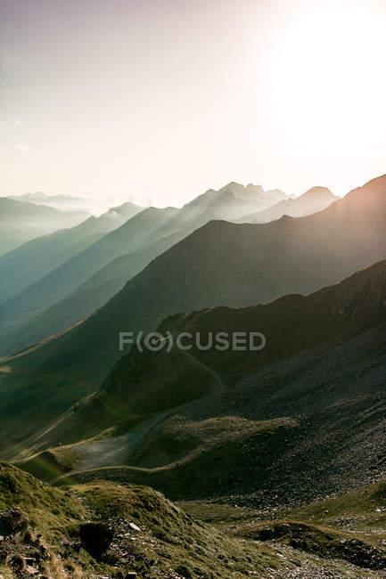 Paysage de montagnes étonnantes à la lumière du soleil et sentier entre les journées ensoleillées — Photo de stock