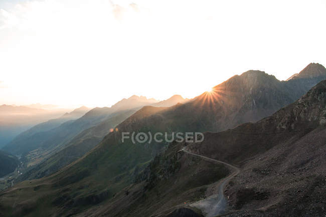 Paesaggio di montagne incredibili alla luce del sole e percorso tra in giorno luminoso — Foto stock