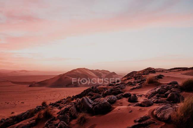 Вечорами в Марокко над гористими пагорбами та скелями в посушливій пустелі. — стокове фото