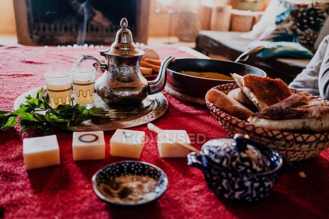 Ensemble de desserts et de plateaux arabes traditionnels avec théière et tasses mis sur table lors de la cérémonie traditionnelle du thé — Photo de stock