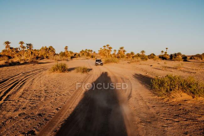 Veículo no meio da estrada do deserto no dia cinzento nublado em Marrocos — Fotografia de Stock
