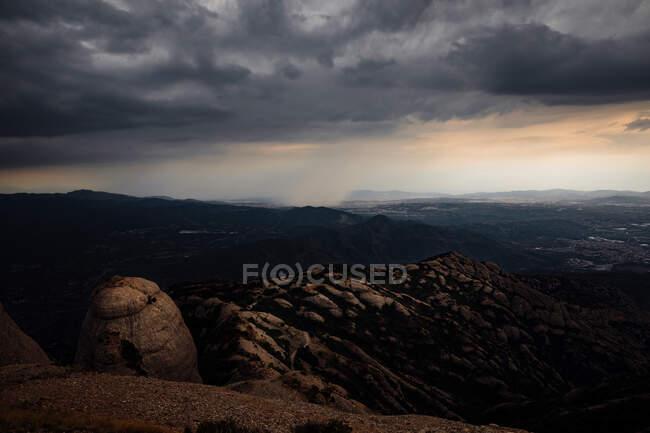 Vue sur la montagne de Montserrat avec tempête, Catalogne, Espagne — Photo de stock