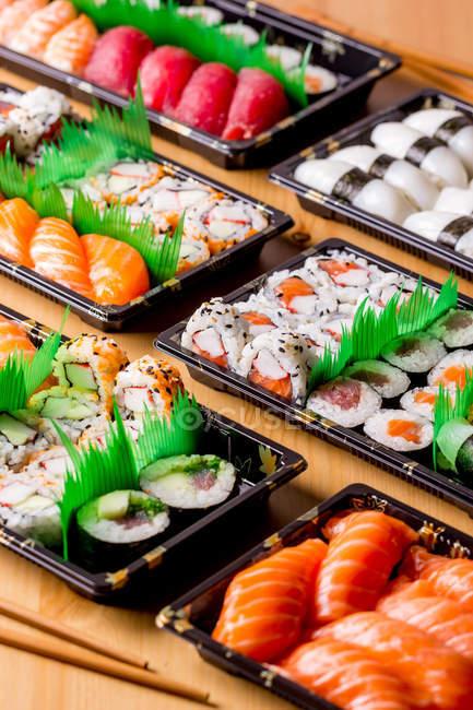 Appetitliche köstliche Reihe von bunten Sushi auf dem Tisch im Restaurant serviert. — Stockfoto