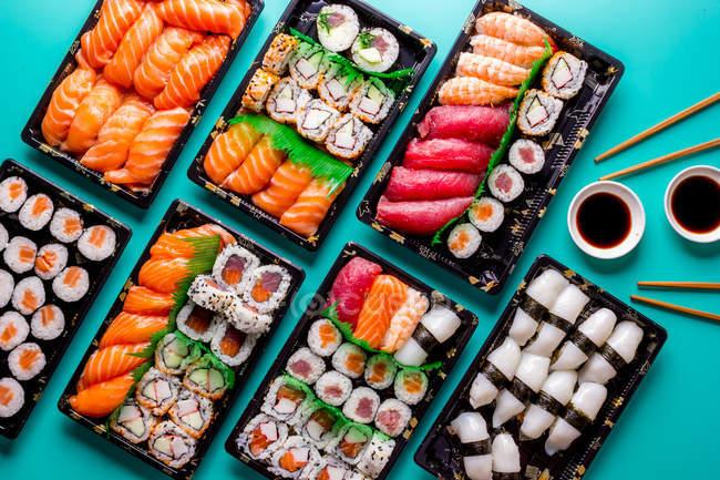 Blick auf köstliches Sushi, das im Restaurant auf dem Tisch serviert wird. — Stockfoto