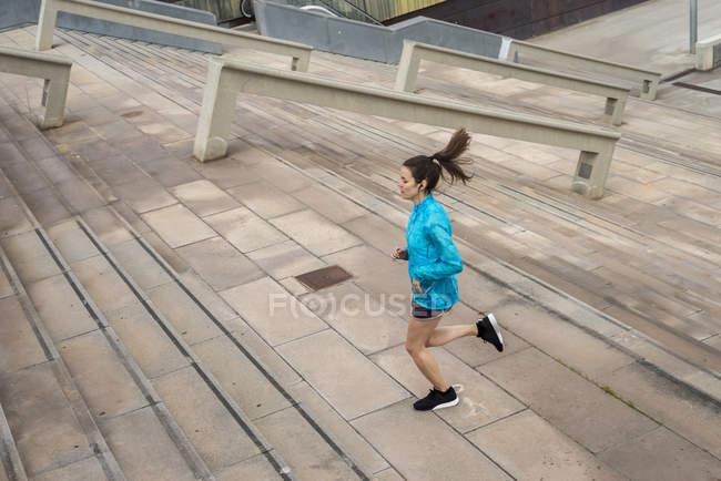 Молодая бегунья, занимающаяся альпинизмом на улицах Барселоны — стоковое фото