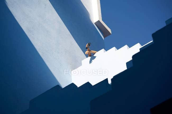 Immagine ritagliata di donna sulla parte superiore dello smartphone edificio tenuta — Foto stock
