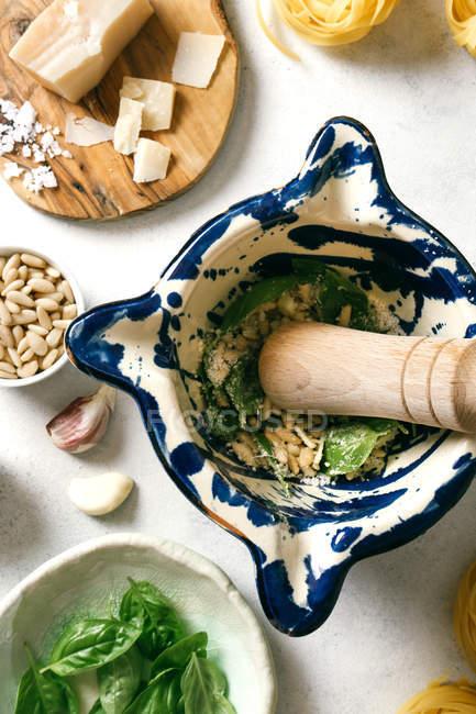 Пестицид і розчин з інгредієнтами для соусу пепто на столі. — стокове фото