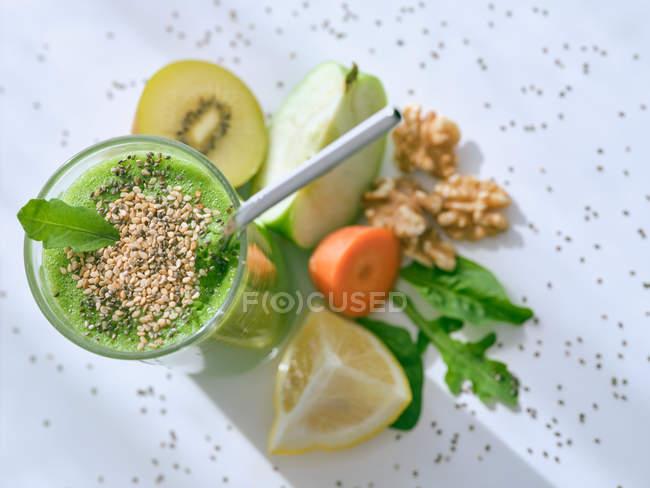 Ensemble d'ingrédients pour un smoothie sain et verre avec boisson verte — Photo de stock