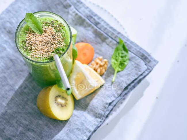 Set of ingredients for healthy smoothie and glass with green drink — Photo de stock