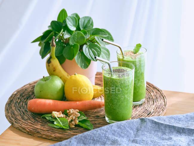 Набор ингредиентов для здорового смузи и стекла с зеленым напитком — стоковое фото