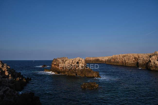 Живописная рокировка на берегу в солнечный день — стоковое фото