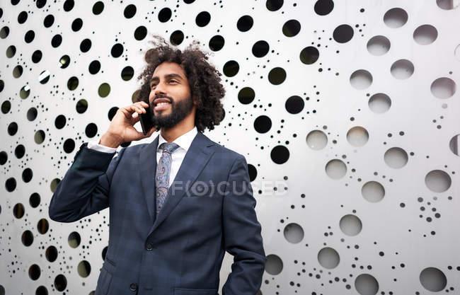 Представляючий афроамериканського бізнесмена під час телефонної розмови. — стокове фото