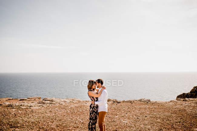 Тендітні коханці прилягають до берега. — стокове фото