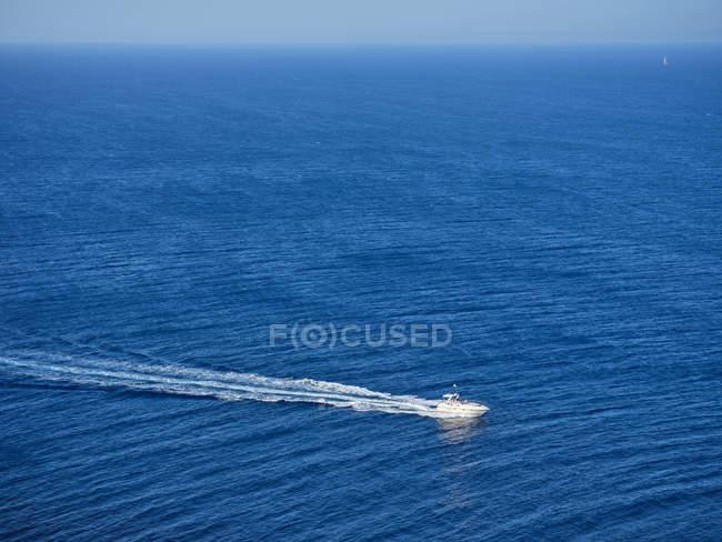 Bateau naviguant à grande vitesse et traversant des eaux bleues — Photo de stock