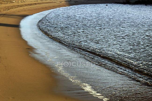 Мокрый песчаный берег в дневное время на Северном пляже — стоковое фото