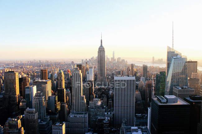 Магічний вигляд сучасних висотних скляних будівель у сучасному центрі Нью-Йорка при світлі сонця. — стокове фото