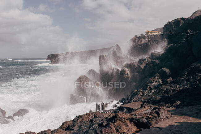 Океанічні хвилі вдаряються об скелі Тенерифе. — стокове фото