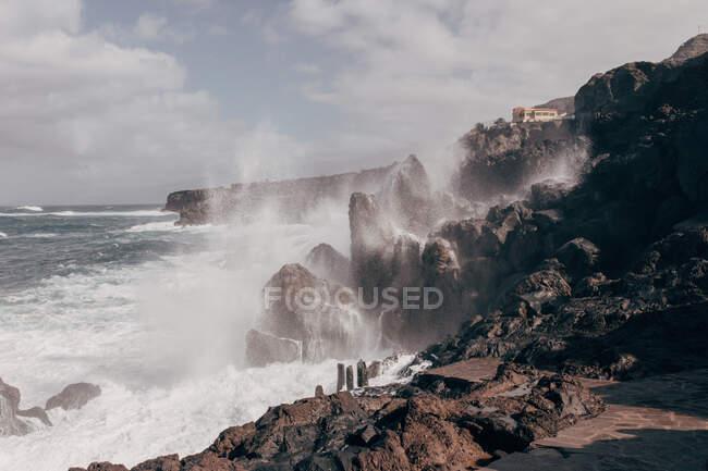 Ondas oceánicas estrellándose contra rocas en Tenerife - foto de stock