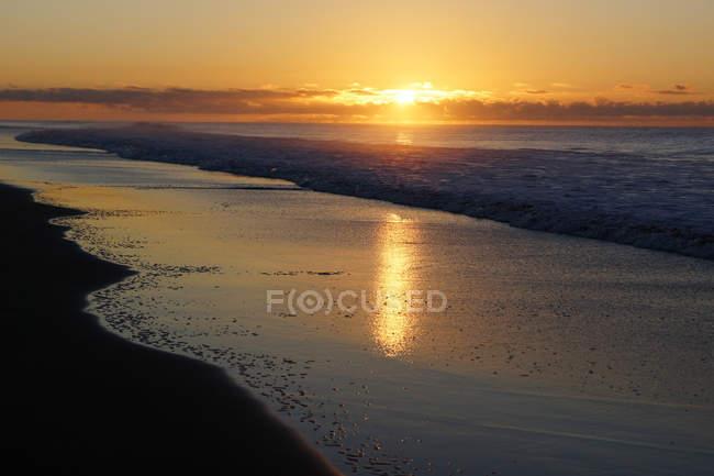 Tramonto colorato sulla tranquilla costa — Foto stock