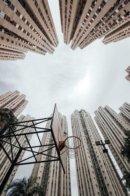 Баскетбольний обруч і висотні будівлі — стокове фото