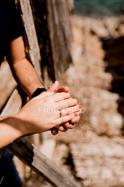 Хиткий образ люблячого чоловіка і жінки з обручкою в сонячному світлі на невиразному тлі — стокове фото