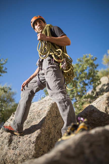 View of climber prepares his equipment to start climbing - foto de stock