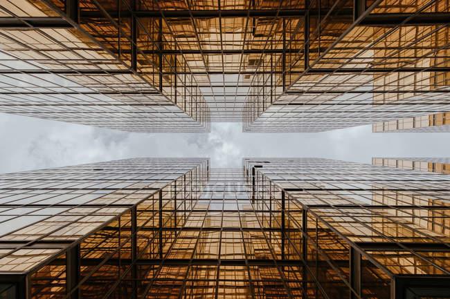 Bâtiments se reflétant les uns les autres dans de larges fenêtres — Photo de stock