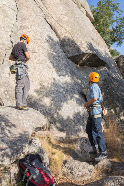 Back view of climbers preparing their equipment to start climbing — Stock Photo