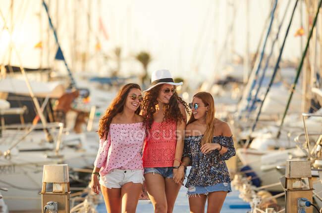 Heureux compagnons câlins sur le parking de yacht — Photo de stock