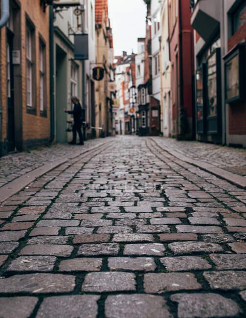 Вигляд будинків на вузькій вулиці з бруківкою в старому місті. — стокове фото