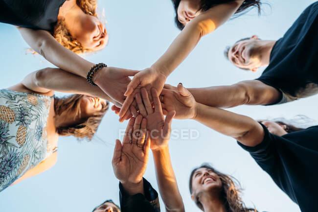 Un gruppo di amici che si uniscono per fare una promessa sulla spiaggia — Foto stock