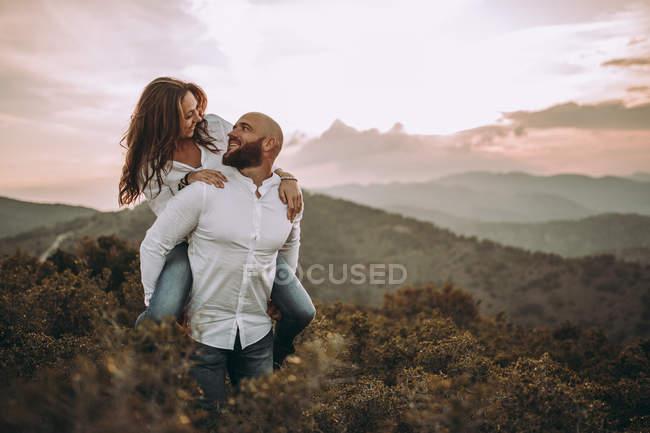 Супружеская пара в белой рубашке развлекается и катается на горном склоне — стоковое фото