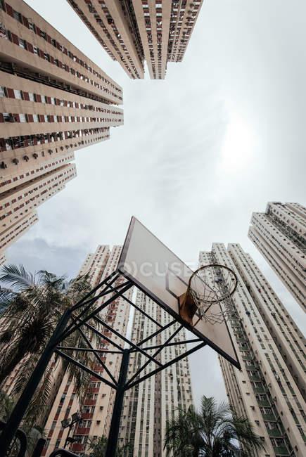 Знизу видніється баскетбольний майданчик і високі житлові будинки з хмарним небом на задньому плані (Іспанія). — стокове фото