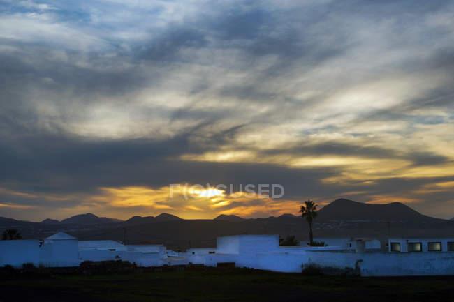 Дивовижний краєвид білих будинків, розміщених на заході сонця в Лансароте (Канарські острови, Іспанія). — стокове фото
