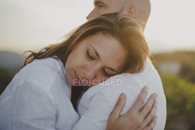 Погляд турботливої любовної пари на білу сорочку з довір