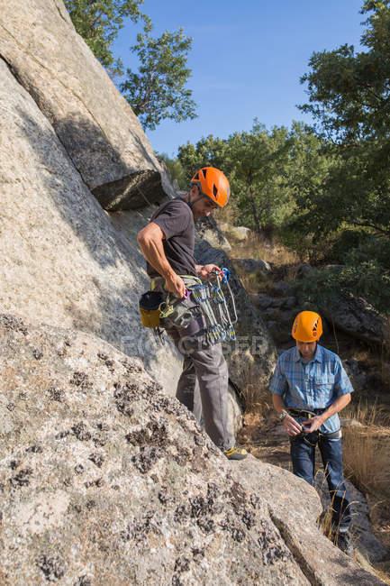 View of climbers preparing their equipment to start climbing - foto de stock
