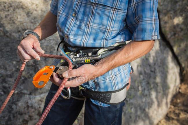 Cropped image of climber preparing his equipment to start climbing - foto de stock
