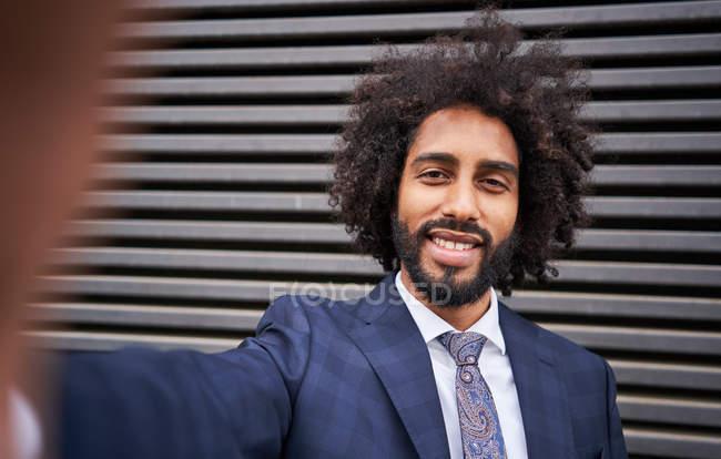 Joyful african american man taking selfie and smiling — Stock Photo