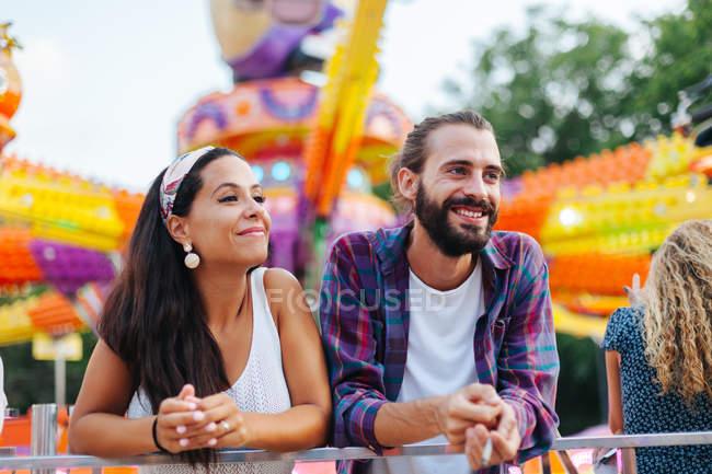 Розмаїлася випадковою парою, вдивляючись у збудження, відвідуючи барвистий краєвид сонячної забави. — стокове фото