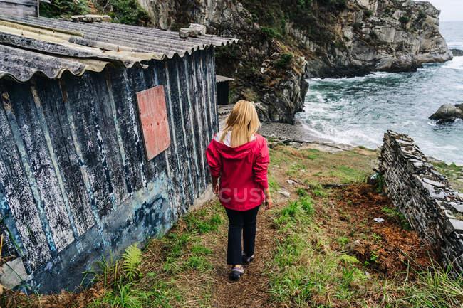 Женщина спускается к пенному морю — стоковое фото