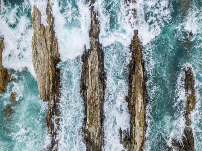 Crinali di pietra in alto mare nei giorni tempestosi — Foto stock