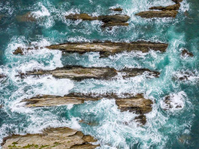 Crêtes de pierre en haute mer par une journée orageuse — Photo de stock