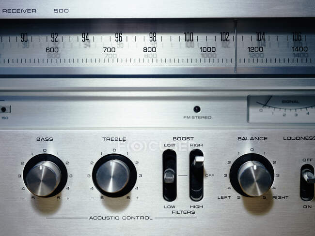 Von oben Nahaufnahme der Front eines massiven metallischen Retro-Plattenspielers mit eingebautem Radio mit Radioanzeige mit Frequenzen und Bedienelementen — Stockfoto