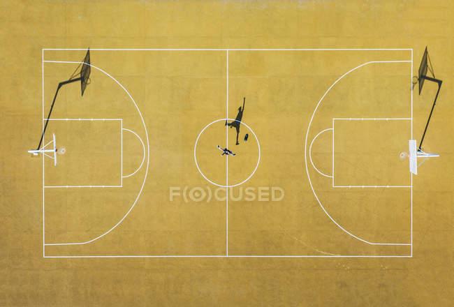 Вид с воздуха на человека, играющего в баскетбол на открытой площадке . — стоковое фото