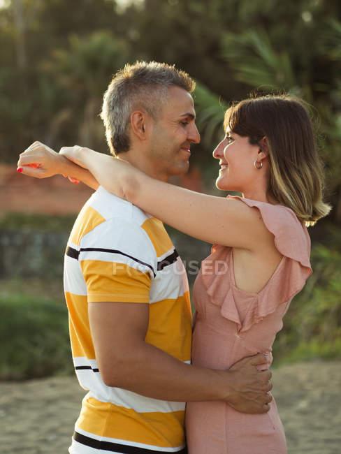 Paar schaut sich im Freien glücklich lächelnd an — Stockfoto