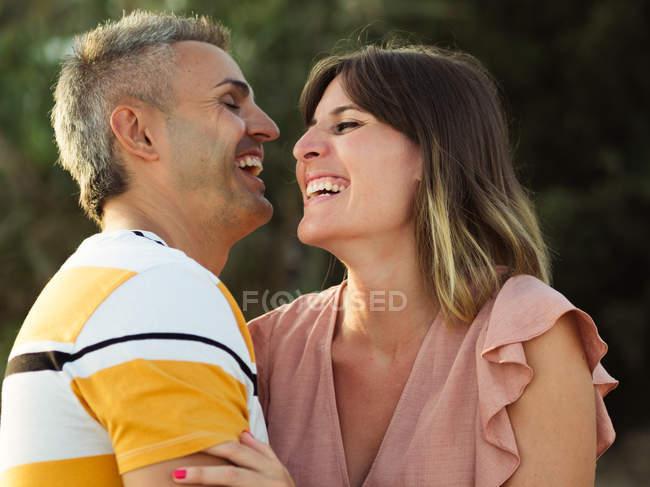 Coppia che si guarda con sorriso felice — Foto stock