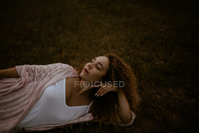 Woman sleeping on grass in countryside — Stock Photo