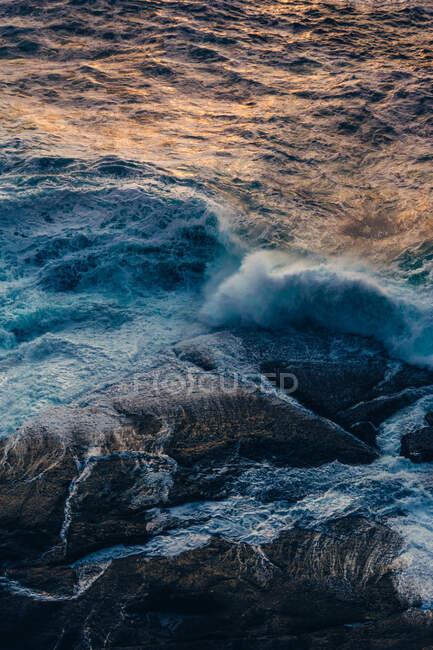 Большие скалы и волнистое море — стоковое фото