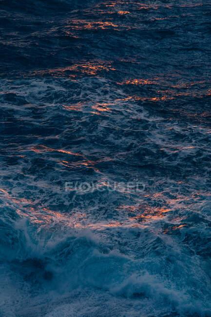 Des éclaboussures lumineuses d'eau bleue — Photo de stock