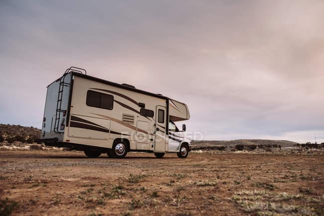 Сучасний туристичний кемпер припаркований на безлюдній долині на пагорбах у США — стокове фото